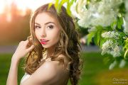 Фотосессия девушки в цветущей черемухе