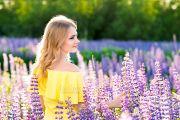 Летняя фотосессия девушки в цветущих люпинах