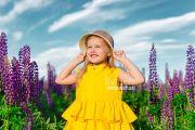 Детская фотосессия девочки в люпинах в Кирове