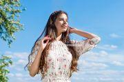 Фотосессия модели в цветущих яблонях в Кирове