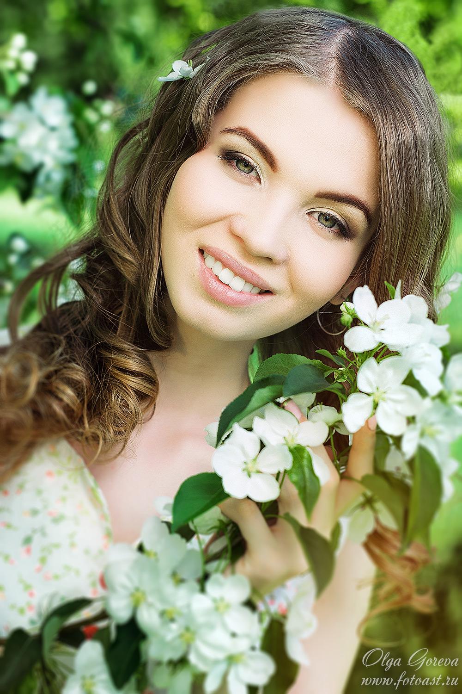 фото шатенок в цветущих яблонях известно